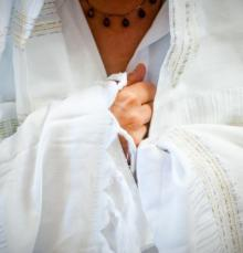 vivie_white-tallit_close